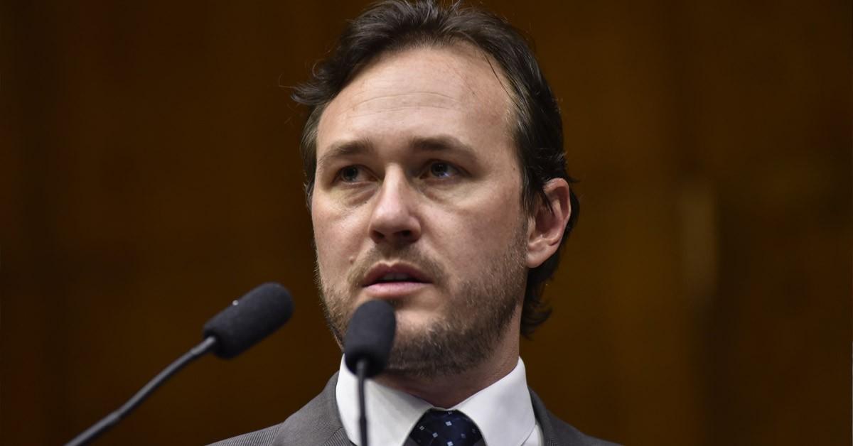 Deputado Vinicius mostra indignação ao falar sobre crise no estado e postura dos demais poderes
