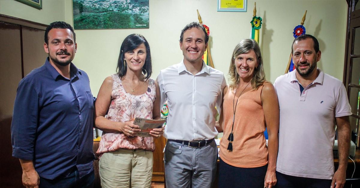 Deputado Vinicius Ribeiro recebe pedido para cobertura de escola estadual em Morro Reuter