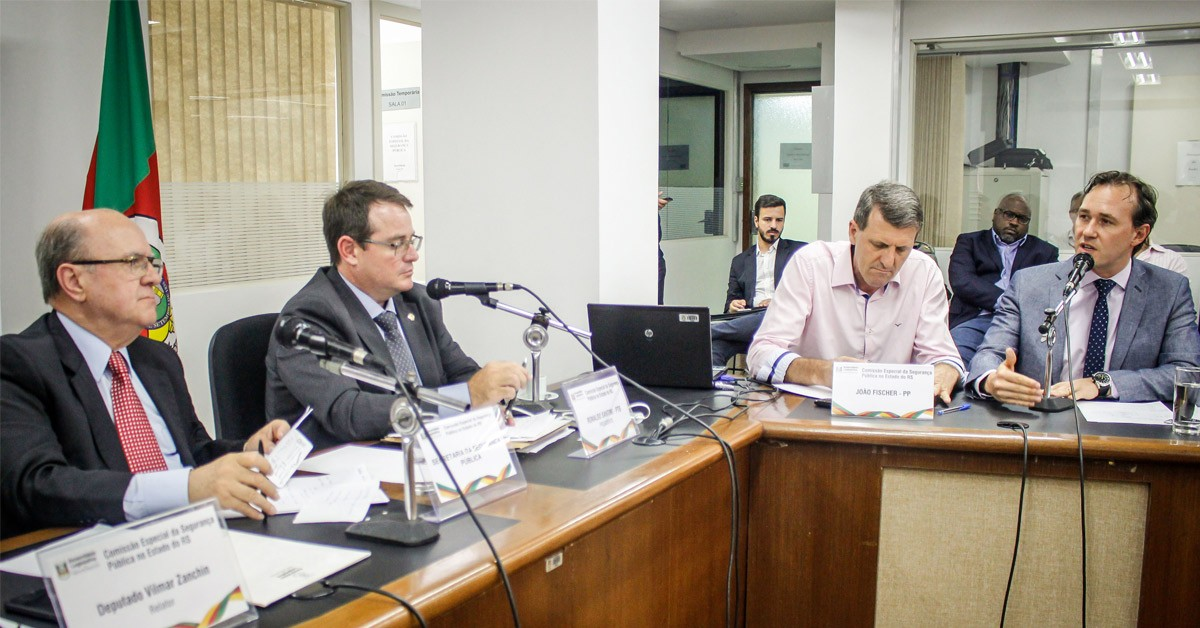 Vinicius Ribeiro debate medidas para solução da crise na segurança